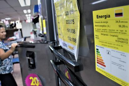Una mujer observa el interior de una nevera en un almacén de electrodomésticos en el centro de B/quilla.