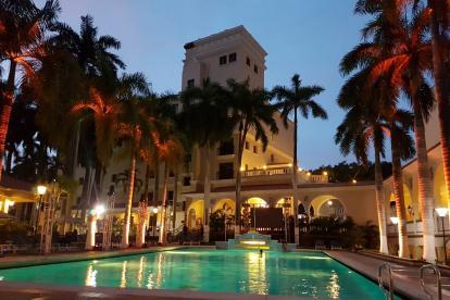Piscina del hotel El Prado de Barranquilla, al fondo la nueva torre ejecutiva.