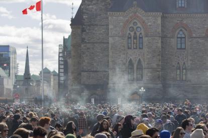 Algunos canadienses celebraron el 20 de abril, el día Internacional de la marihuana en Ottawa.