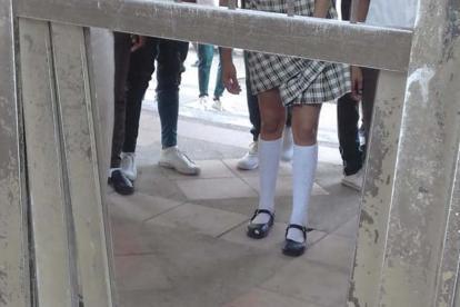 Puerta destruida en colegio de Candelaria.