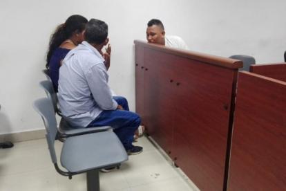 Leonardo Avilez Jerónimo (detrás de la puerta) dialoga con unos familiares.