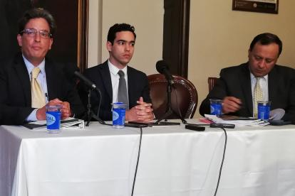 El ministro de Hacienda, Alberto Carrasquilla, y el viceministro técnico Luis Alberto Rodríguez radicaron el proyecto de ley de financiamiento en la Secretaría de la Cámara de Representantes.