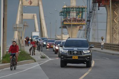 Vehículos circulan por el Puente Pumarejo para ingresar a la ciudad.