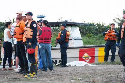Momento en que las autoridades custodian el cuerpo de la menor rescatada.