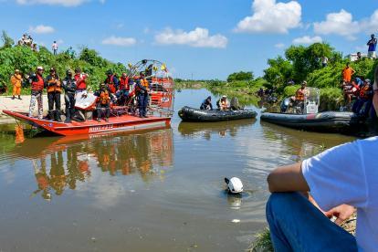 Momento en el que los buzos realizan las maniobras de inmersión en las aguas del arroyo El Platanal.