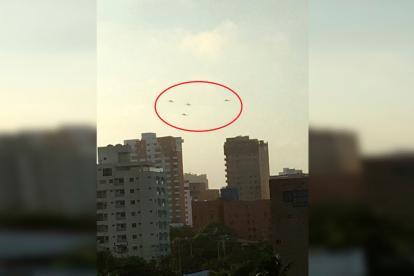 Imágenes de los aviones sobrevolando el norte de la ciudad.