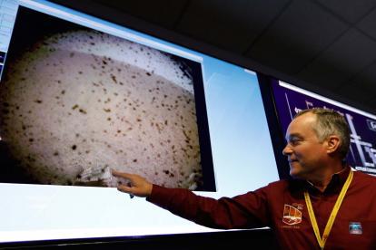 Ingeniero de la Nasa señalando lo encontrado por la sonda InSight.