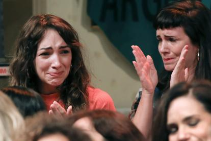 Thelma Fardín llora rodeada por las mujeres que la acompañaron a presentar la denuncia contra Darthés.