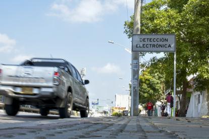 Un vehículo pasa por la señal blanca de detección electrónica que está ubicada en la Murillo con cra. 21.