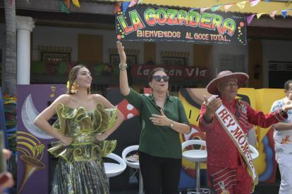 Carolina Segebre Abudinen, reina del Carnaval 2019, junto a Carla Celia, directora de Carnaval S.A.S, el rey Momo Freddy Cervantes.