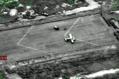 Avioneta en la pista de aterrizaje.