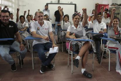 El gobernador Eduardo Verano y el secretario de Educación Dagoberto Barraza en compañía de estudiantes del Atlántico.