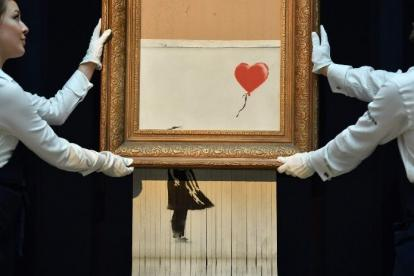 Banksy destruyó la obra 'Love is in the bin' para denunciar la mercantilización.
