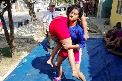 La luchadora atlanticense, Solangie Ruiz, entrenando en el barrio La Manga.