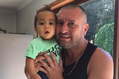 Cristian Montecinos con su pequeño hijo, Renato.
