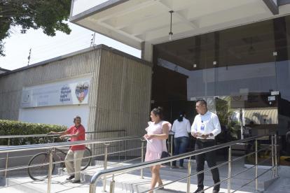 Personas ingresando y saliendo de una de las sedes en donde la Clínica del Norte atiende a los docentes.