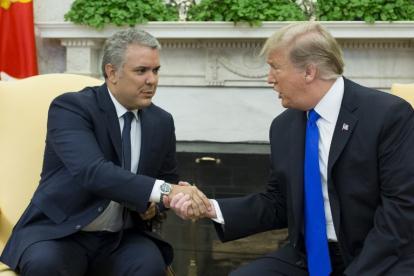 El presidente Duque le estrecha la mano a su colega de Estados Unidos, Donald Trump.