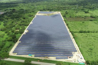 Vista panorámica de la granja solar de la compañía Celsia en la Costa Caribe.