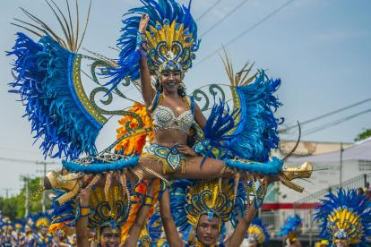 La comparsa de fantasía Áfrika Mía en uno de los desfiles en la  Vía 40.