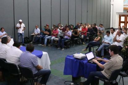 Reunión entre representantes del Gobierno y delíderes campesinos en el centro de convenciones de Montería.