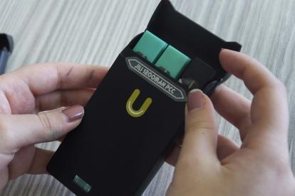 En el estuche del 'juul' los consumidores pueden guardar el dispositivo y hasta dos recargas, que equivalen a 40 cigarrillos. Jóvenes de Barranquilla, entre los 12 y los 17 años, los han llevado, incluso, a sus colegios.