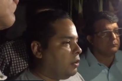 El diputado Sergio Vergara cuando entregaba declaraciones a la prensa la madrugada de este jueves sobre los allanamientos a su residencia y a la de Roberto Marrero.