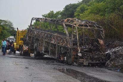 Así quedó el bus, que iba de Barranquilla a Fonseca, donde murieron 5 personas y hubo 37 heridos en 2017.