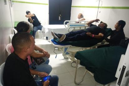 Un grupo de periodistas y productores de Telecaribe en un hospital luego del accidente.