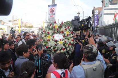 Simpatizantes del expresidente Alan García llegan con flores a la sede del Partido Aprista, este miércoles en Lima.