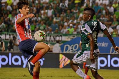 El volante chileno Matías Fernández baja el balón con el muslo, ante la mirada del azucarero Yeison Toloza.