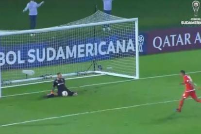 El jugador intento tirar el penalti a lo Panelka, pero lo erró y su equipo quedó por fuera de la Copa Sudamericana.