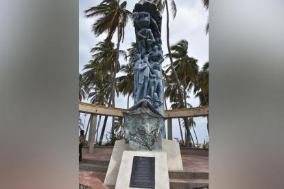 """Escultura """"La Identidad"""" del autor y escultor Yino Márquez, ubicada en Riohacha."""