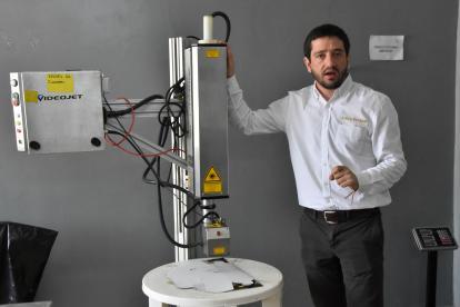 Diego Ortiz, fundador y gerente de Ancestor's con una de las máquinas de la empresa.