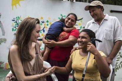 Angelina Jolie compartiendo con los migrantes venezolanos en la Casa del Abuelo.