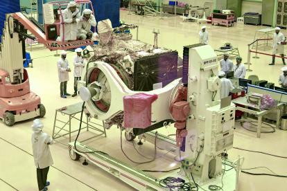 Los científicos trabajan en el vehículo de la misión Chandrayaan-2.
