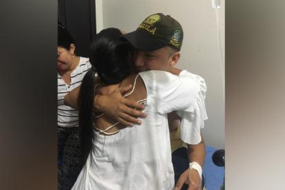 El estudiante liberado tras encontrarse nuevamente con sus familiares.