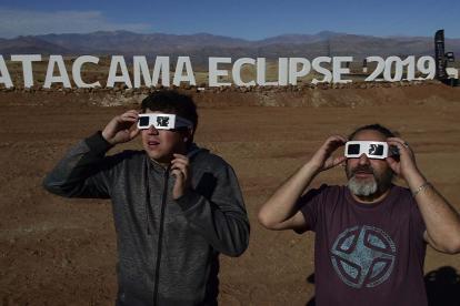 Los turistas prueban gafas especiales en el desierto de Atacama, en Chile.