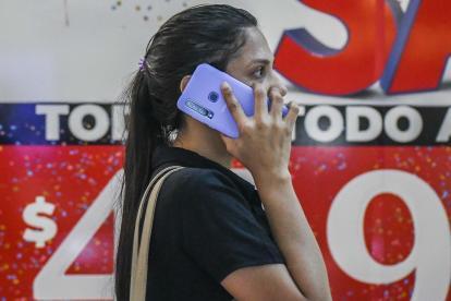 Una usuaria del servicio de telefonía móvil realiza una llamada.