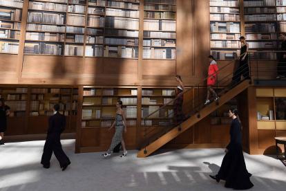 En el Museo Grand Palais se alzó una biblioteca de dos pisos para el desfile.