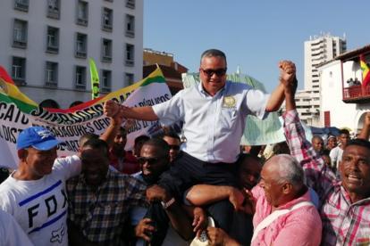 El jueves, el alcalde (e) de Cartagena, Pedrito Pereira, fue paseado en hombros por sus seguidores.