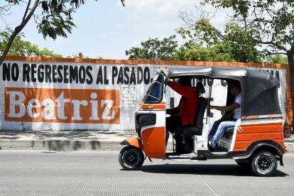 En las paredillas de las calles de Soledad hay mensajes políticos de candidatos.