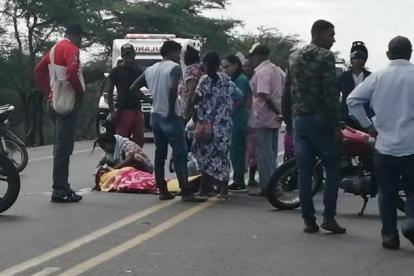 Una mujer llora ante el cuerpo de una de las víctimas fatales del accidente.