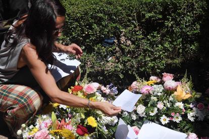 Una mujer pone una nota en la tumba del escritor siciliano Andrea Camilleri.