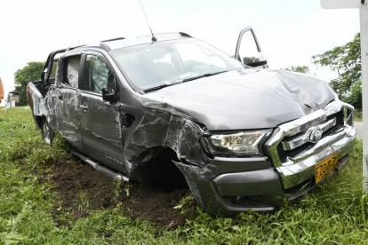 El vehículo sufrió daños tras impactar contar el poste de energía.