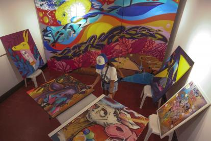 Las pinturas de los artistas urbanos durante el montaje de la exposición.