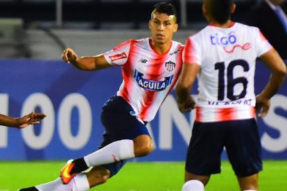 Alexis Pérez cubre la zona central en el partido contra Chapecoense en el Metropolitano