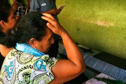 Una mujer llora sobre un féretro de una de las víctimas del accidente de un helicóptero registrado este viernes.