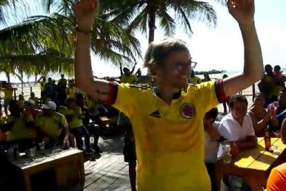 Michel Eggli levanta sus brazos en medio de los aplausos de aficionados riohacheros.