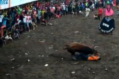 El toro sobre el mantero.