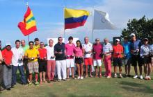 Los vencedores en la Copa Puerto de Barranquilla de golf posan con sus trofeos, tras la premiación.
